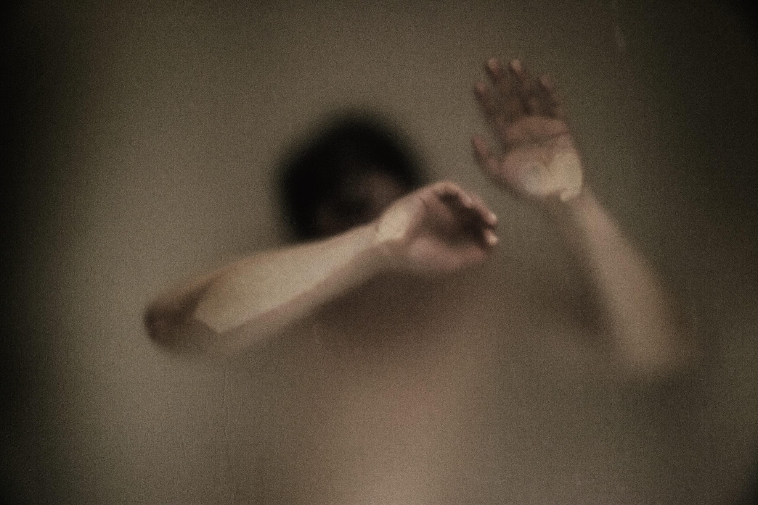 blur-glass-hands-indoors-907920